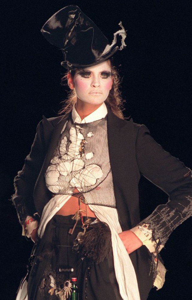 """Dior par John Galliano, Inspiration """"sans-abris"""", haute couture printemps-été 2000. © Guy Marineau"""