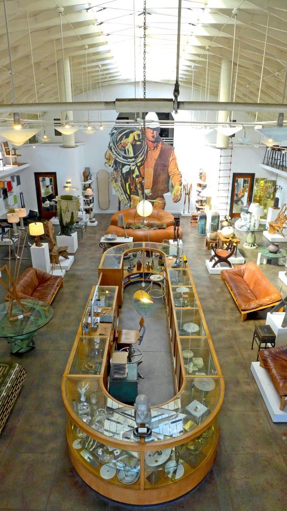 Shopping THE WINDOW Ce magasin de meubles et d'objets vintage doit tout à l'oeil unique de son propriétaire, qui traverse les États-Unis pour dénicher les plus belles pièces. Ici, il est moins question de grands designers que d'objets uniques. Je m'y rends très souvent, ne serait-ce que pour y trouver de l'inspiration. 6825 MELROSE AVENUE, LOS ANGELES.