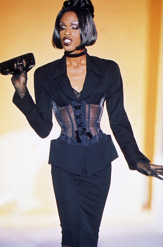 Thierry Mugler, collection haute couture automne-hiver 1992-1993. Photo :Patrice Stable.