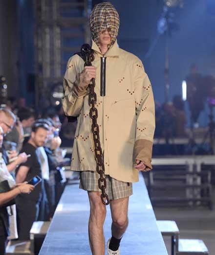 Défilé Raf Simons printemps-été 2016  2.LE STREETWEAR SUR LES PODIUMS  Off-White, Hood By Air, Vetements et consorts lui doivent beaucoup. Depuis les débuts de son label masculin éponyme en 1995, Raf Simons a su synthétiser dans ses collections l'essence des cultures underground d'hier et d'aujourd'hui, et donner une visibilité à une nouvelle masculinité plus ambiguë. Des proportions étriquées des pantalons (slim avant l'heure) aux sweat-shirts et tee-shirts qu'il retravaille dans des matières sublimées, avec des insertions de photographies, de croquis ou de graphismes qui font leur unicité, Raf Simons a porté dans les plus hauts niveaux de la mode les modes de vie et les passions des jeunes de son époque. Si aujourd'huises collections mêlent un tailoring impeccableaux pièces de streetwear revues et corrigées, c'est parce que les clients de Raf Simons ont grandi avec lui.