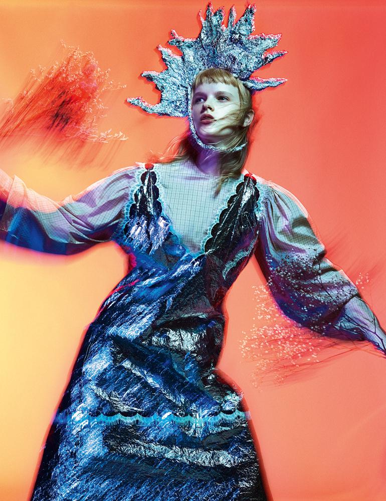 Robe couverture de survie en Mylar brodé de dentelle et robe à volant en organza, CALVIN KLEIN 205W39NYC.