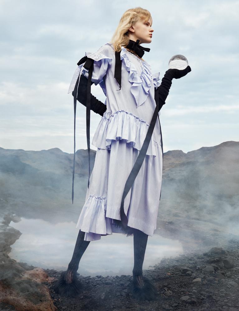 Robe en coton à volants, gants et chaussures, SIMONE ROCHA. Col, JOLIBE ATELIER. Bas, ERDEM.