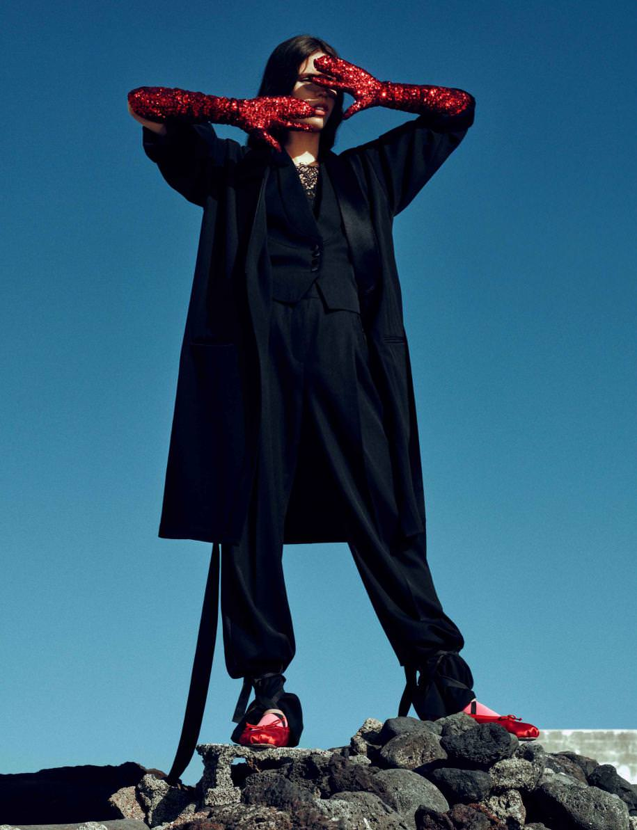 Manteau, pantalon et veste en grain de poudre et haut en jacquardsatin, GIVENCHY PAR RICCARDO TISCI. Gants, MM6 - MAISON MARTIN MARGIELA. Chaussettes, AMERICAN APPAREL. Ballerines, MIU MIU.
