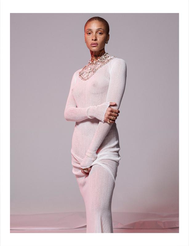 Robe en jersey et collier en strass et métal, Chanel.
