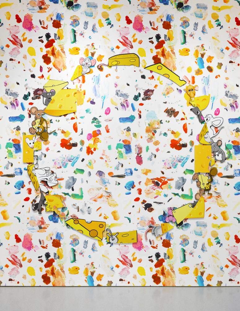 Mousecheesecircle(2016), aluminium, époxy, acier, apprêt acrylique, enduit, encre acrylique, médium acrylique pour sérigraphie etpeinture acrylique, 212,5 × 231,8 × 1 cm. EA d'une édition de 2 & 1 EA. Collection privée. Mixing Palette #1(2016), impression jet d'encre de papier peint sur papier en Nylon renforcé, dimensions variables. Édition illimitée. Avec l'aimable autorisation de l'artiste et de la Gagosian Gallery.  Crédit photo : Robert McKeever   Il se dégage une impression de restitution en 3D, de profondeur, avec ces deux couches superposées et cette couleur rouge, qui semble appliquée à la bombe.  Si vous observez la toile de face, il n'y a pas de séparation, et les deux portraits ne font plus qu'un. Mais si vous vous déplacez latéralement, vous pouvez effectivement avoir cette impression que sa surface n'est pas plane. J'aime cette superposition des choses. Il y a une sorte d'atmosphère qui vient par-dessus l'image, et je me suis efforcé de lui donner plus de profondeur.   Cela me rappelle certaines explorations formelles dans le travail de Jim Shaw ou de Tony Oursler.  Absolument.