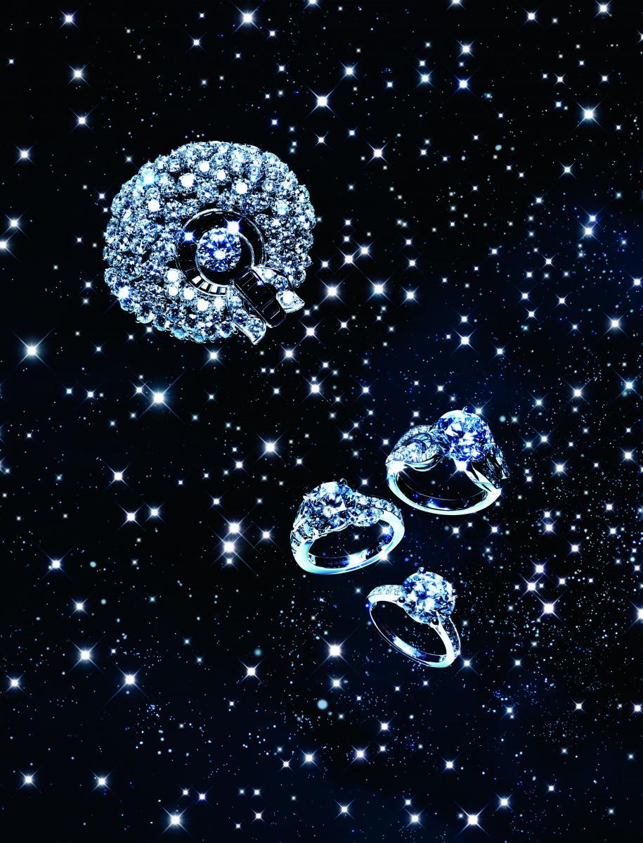 """De haut en bas : bague """"Fleur de Glace"""" en or blanc, diamants et spinelles noirs. Solitaire """"Aladdin"""" en platine et diamants. Solitaire """"Jasmin"""" en platine et diamants. Solitaire """"Romance"""" en platine et diamants, VAN CLEEF & ARPELS."""
