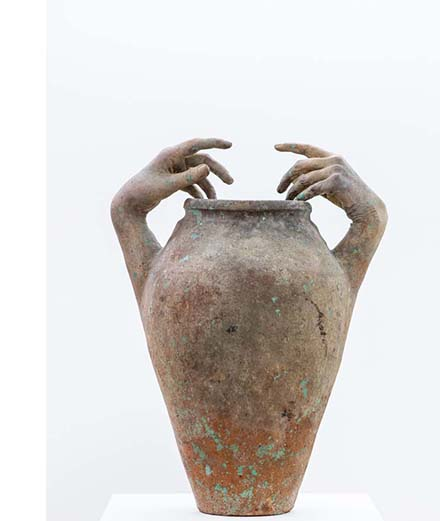 """Vase en céramique, plâtre et peinture """"Prosopopoeia"""" de Clementine Keith Roach,galerie Hunter Harrison,Londres."""