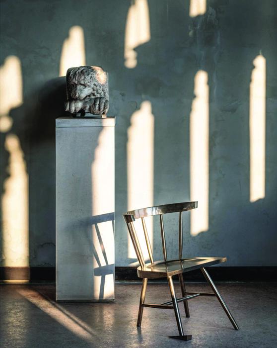 """""""Alaska Chair"""" (2018), de Virgil Abloh, édition limitée, bronze poli, 75 X 48 X 44cm."""