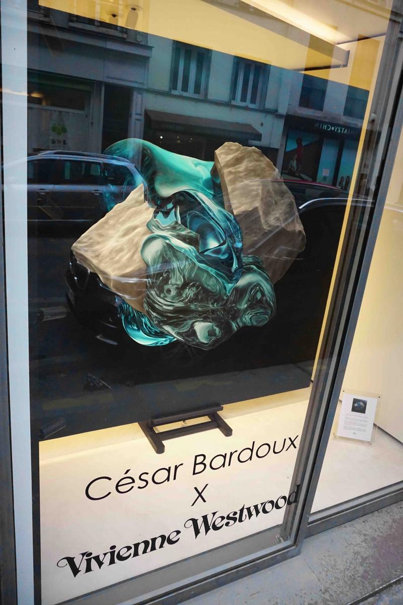 """Dans la vitrine de la boutique Vivienne Westwood :""""Panspermia 3"""" de César Bardoux, huile sur toile, 200 x 200 cm."""