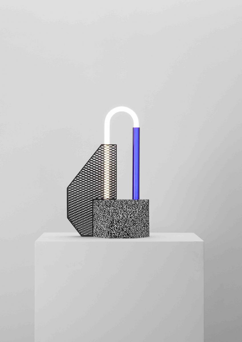 Lampe de table Blue Gate (2017) de Victoria Wilmotte, tube fluorescent U-Bent, Corian blanc CHIP, acier zingué noir et aluminium anodisé noir, 73 x 42,7 x 20 cm.