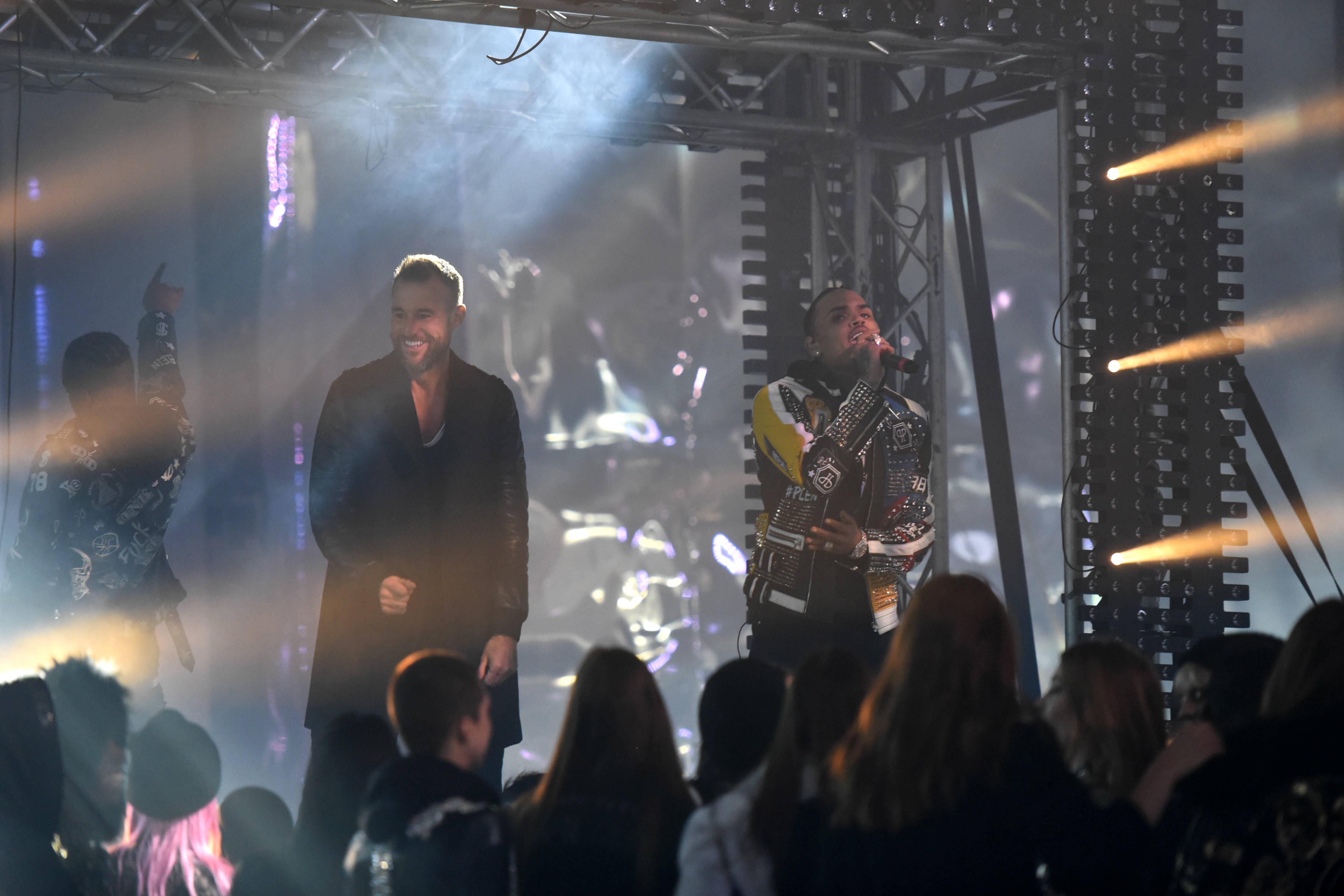 Philipp Plein et Chris Brown pendant le défilé Philipp Plein.