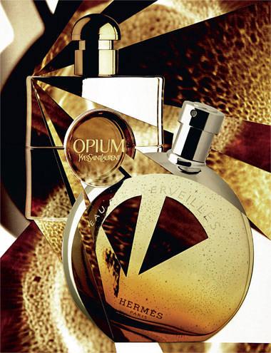"""Les ors blanc et jaune s'allient, le temps d'une édition limitée, pour exalter la fragrance mythique. Pour celles qui s'adonnent aux charmes opulents du jasmin, de l'oeillet, de l'ambre et de la vanille. """"Opium Édition Collector 2014"""", eau de parfum, YVES SAINT LAURENT. Lune métallique et ciel étoilé. Le parfum délicieux, qui conjugue ambre, bois de cèdre, orange et résine avec espièglerie, fête ses 10 ans dans un flacon onirique à l'image de son univers singulier et charmant. """"Eau des Merveilles, Édition Collector des 10 ans"""", eau de toilette, HERMÈS."""