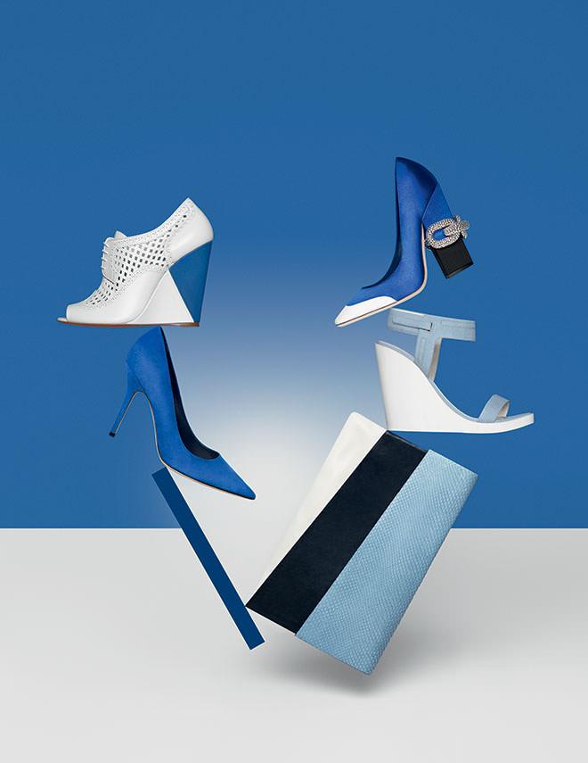 De gauche à droite et de haut en bas : sandale compensée en cuir perforé, SANTONI. Escarpin en satin à talon chaîne, GIAMBATTISTA VALLI. Escarpin en veau velours bleu dur, DIOR. Sandale compensée en cuir nubuck, CAMPER. Pochette en cuir et python, VIC MATIE.  Retouche : numerique.it. Production : Margaux Huguet chez 2b Management.