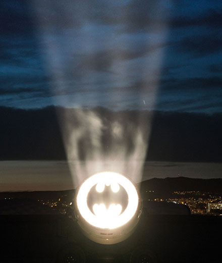 Alex Israel appelle Batman en plein Marseille