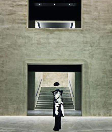Plongez au cœur d'Armani/Silos, l'espace d'exposition regroupant 40 ans de création de Giorgio Armani