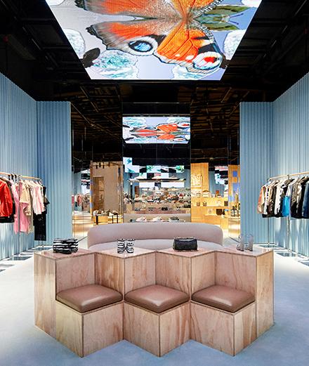 Burberry ouvre une boutique ultra futuriste en Chine