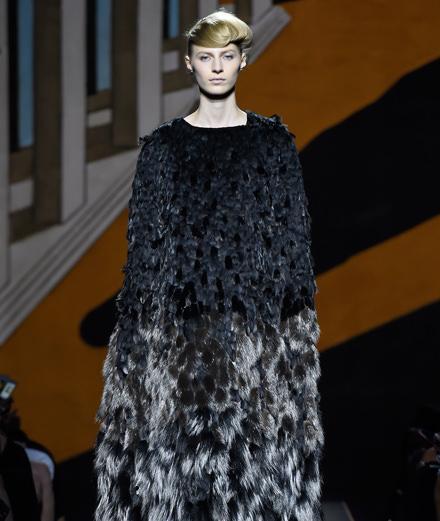 Premier défilé haute couture de Fendi par Karl Lagerfeld à Paris