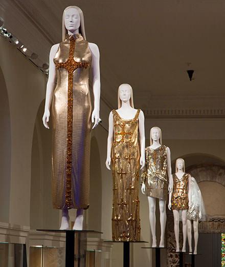 Le MET questionne le catholicisme dans la mode dans une exposition titanesque