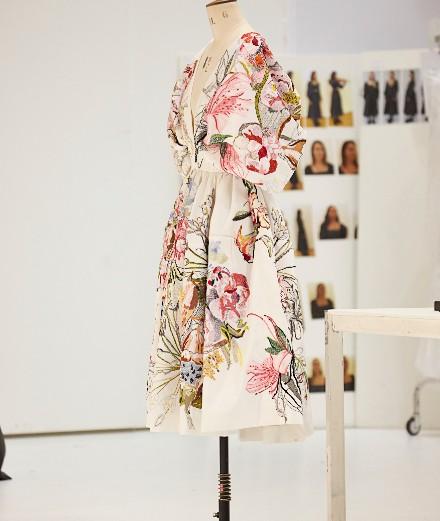 Alexander McQueen brode des fleurs rares et menacées sur ses robes