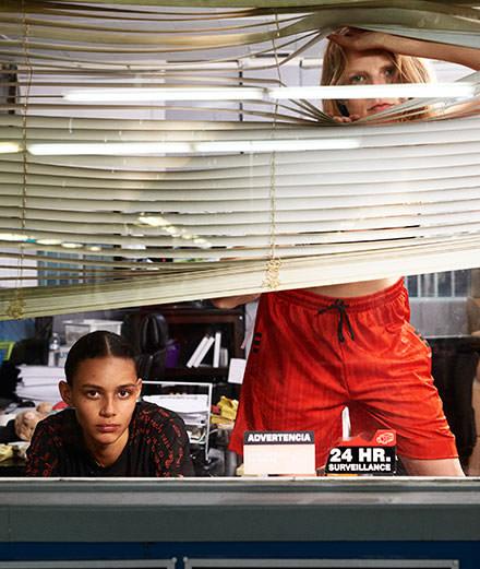 Les muses d'Alexander Wang habillées en Adidas saccagent un bureau