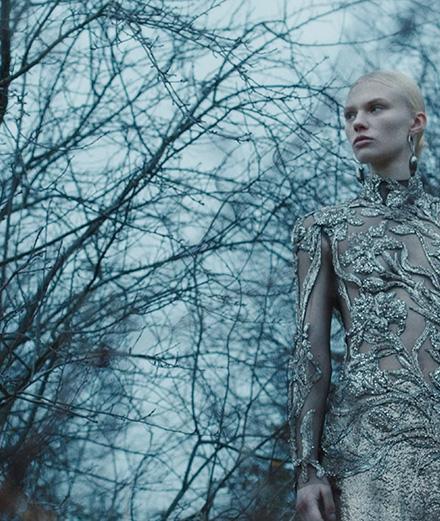 Alexander McQueen célèbre l'Art Nouveau dans sa collection pre-fall 2020