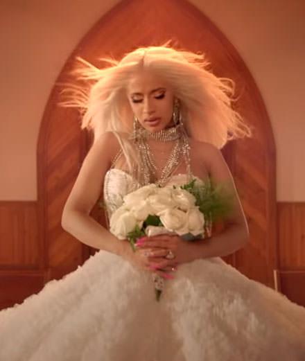 """Cardi B en mariée vengeresse façon """"Kill Bill"""" dans son nouveau clip"""
