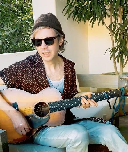 Invité par Hedi Slimane, Beck chante en live pour Celine