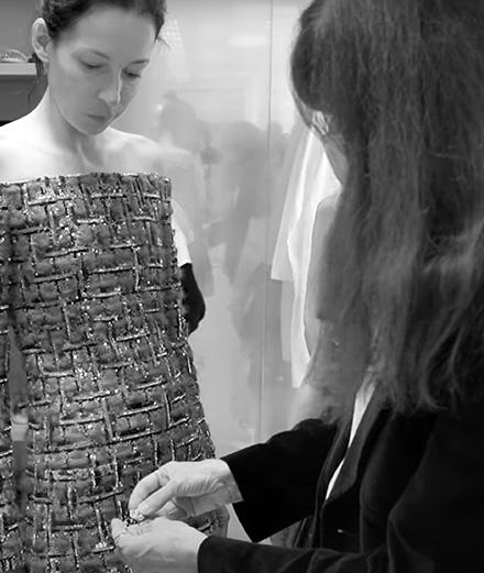 Plongez dans les ateliers Chanel haute couture