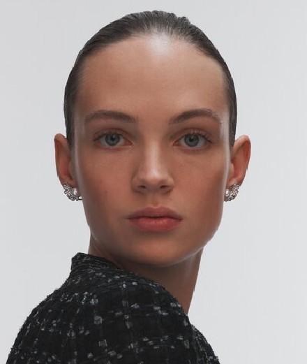 Adoptez le style Chanel : comment porter les boucles d'oreilles de la maison?