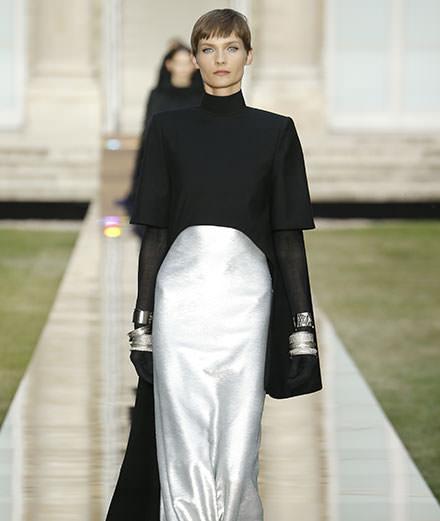 Givenchy haute couture : Clare Waight Keller célèbre Monsieur Hubert de Givenchy