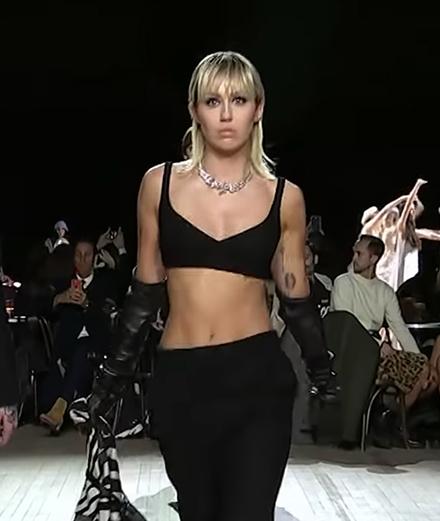 Miley Cyrus défile pour Marc Jacobs