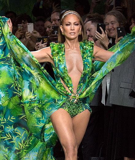 Jennifer Lopez fait sensation au défilé Versace