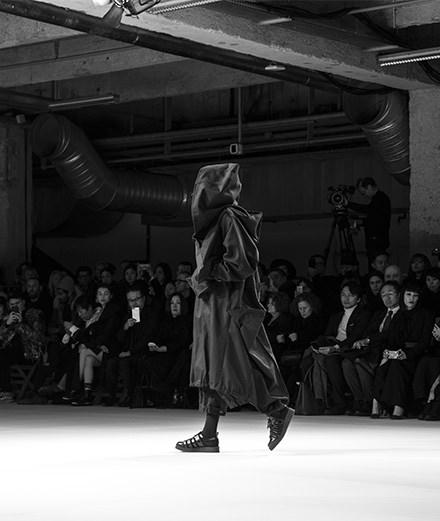 Le défilé Yohji Yamamoto automne-hiver 2018-2019 vu par Mehdi Mendas