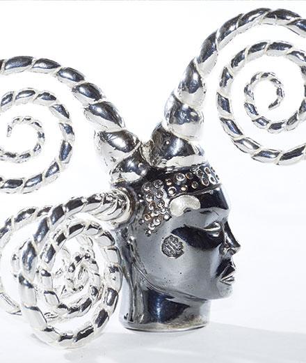 Les Arts décoratifs exposent des bijoux imaginés par Man Ray, Anish Kapoor, ORLAN...