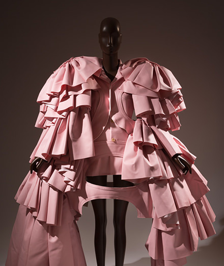 Punk, romantique, ou engagée, une exposition célèbre la couleur rose