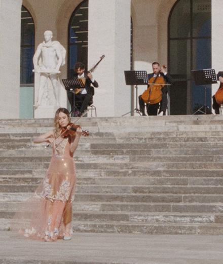 Fendi invite un orchestre symphonique pour célébrer le solstice d'été
