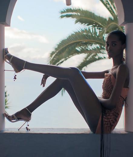 """Vidéo : Jacquemus met en scène sa """"Bomba"""" dans une vidéo solaire"""