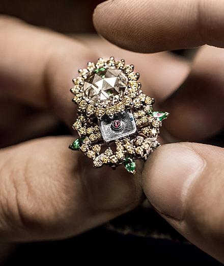L'objet du jour : la bague à secret Dior à Versailles