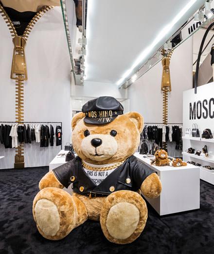 Moschino et Jeremy Scott investissent le Printemps Haussmann