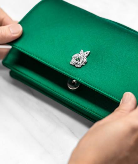Dior dévoile une minaudière ornée d'un bijou en or et diamant