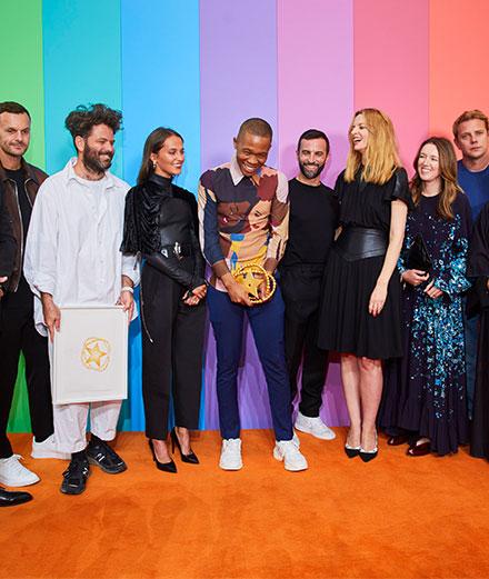 En images : Alicia Vikander remet le Prix LVMH à Thebe Magugu