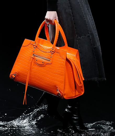 "Balenciaga revisite son iconique sac ""Classic"""