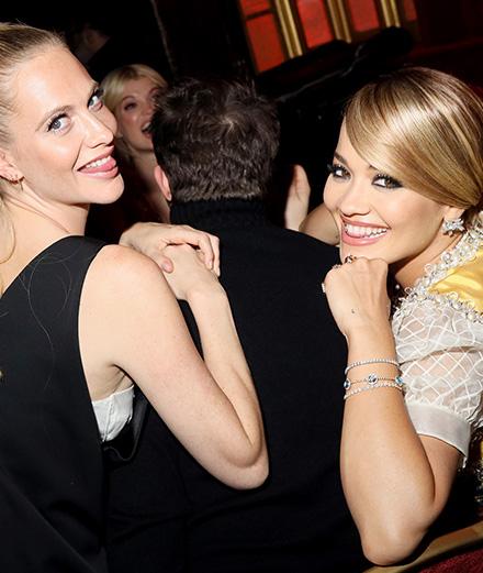 Rita Ora et Poppy Delevingne s'amusent au Miu Miu Club