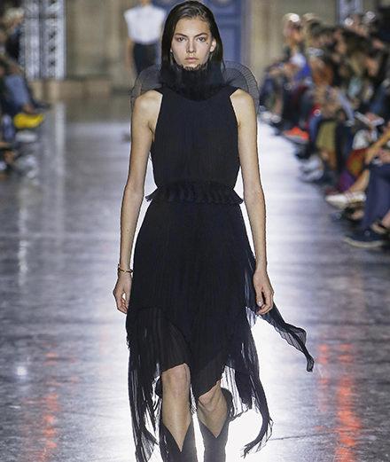 Clare Waight Keller présente sa première collection pour Givenchy