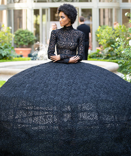 August Getty signe une impressionnante robe-cage haute couture