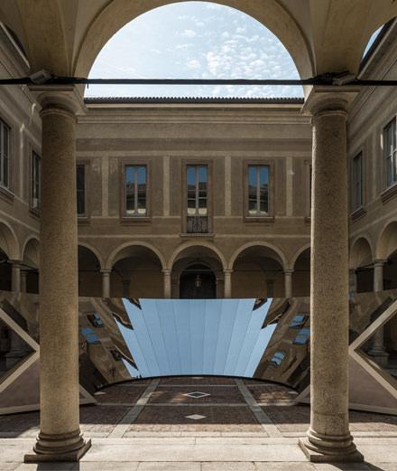 """""""Je voulais faire descendre le ciel sur la Terre."""" L'artiste Phillip K. Smith III nous parle de son installation pour COS à Milan"""