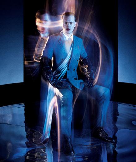 """Bill Skarsgård, le clown de """"Ça"""" dans une série mode pour Numéro art"""