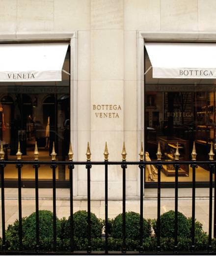 """Bottega Veneta présente l'exposition """"Le Knot : rétrospective"""" dans sa boutique de l'avenue Montaigne"""