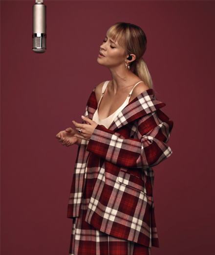 Angèle tease son nouvel album lors d'une session Colors Studios