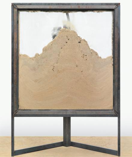 """Zoom sur l'artiste Oscar Tuazon à l'occasion de son exposition """"Shelters"""" à la Galerie Chantal Crousel"""